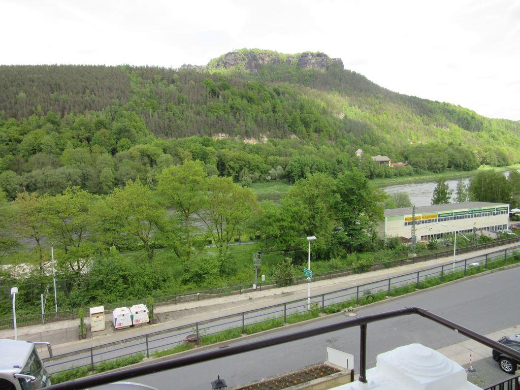 Blick aus einem Hotelzimmer zum Lilienstein